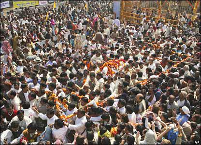 maharishi-crowd-funeral